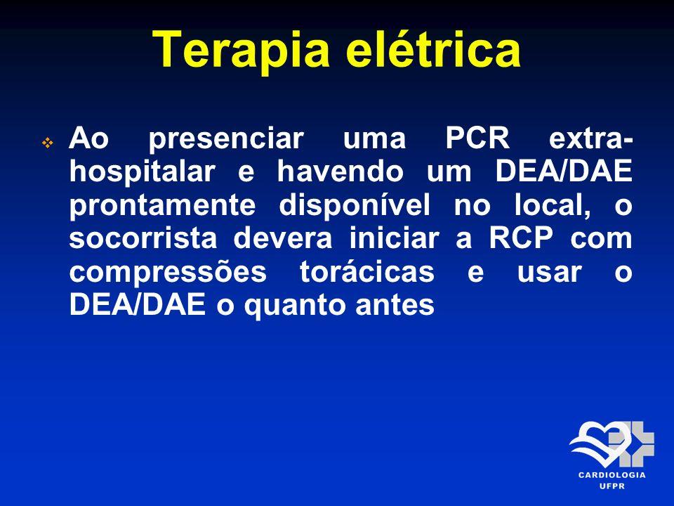 Terapia elétrica Ao presenciar uma PCR extra- hospitalar e havendo um DEA/DAE prontamente disponível no local, o socorrista devera iniciar a RCP com c