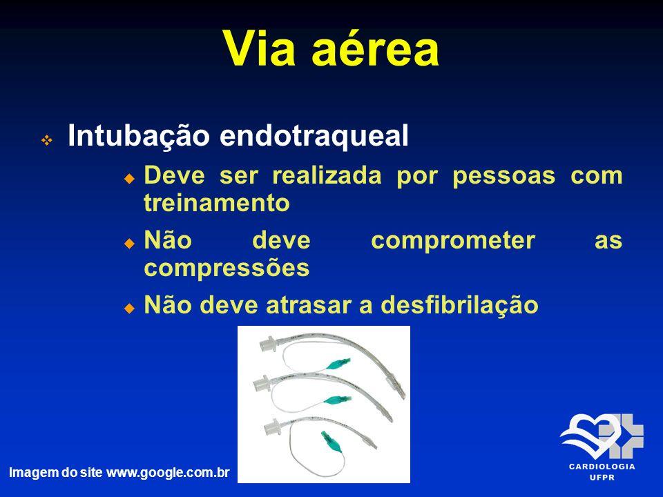 Via aérea Intubação endotraqueal Deve ser realizada por pessoas com treinamento Não deve comprometer as compressões Não deve atrasar a desfibrilação I