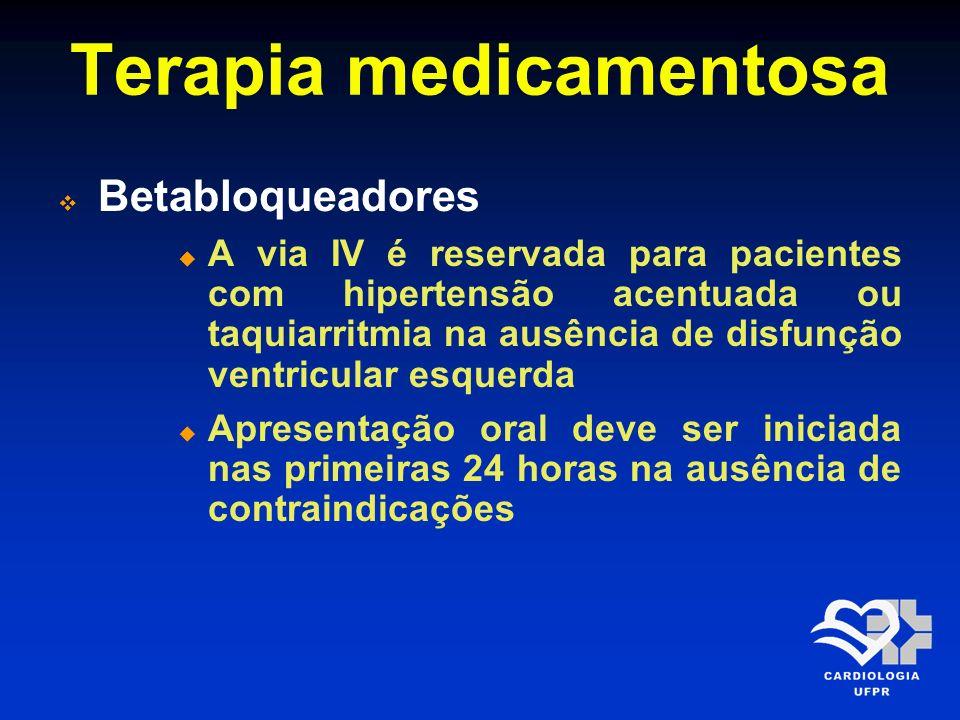 Terapia medicamentosa Contraindicações para os betabloqueadores Frequência cardíaca < 60 bpm Pressão sistólica < 100 mmHg Intervalo PR > 0,24 segundos Bloqueio atrioventricular de 2º e 3º graus História de asma ou doença pulmonar obstrutiva grave Doença vascular periférica grave Disfunção ventricular grave Classe Killip II Arq Bras Cardiol 2009; 93(6 Supl.