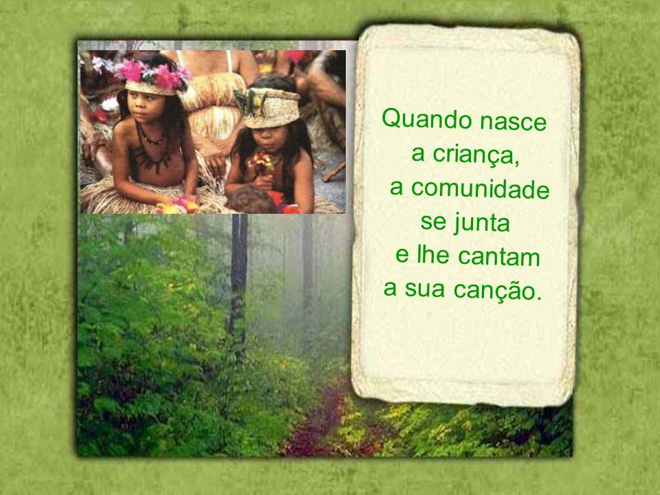 As mulheres entoam a canção e a cantam em voz alta. Logo retornam à tribo e a ensinam a todos os demais.