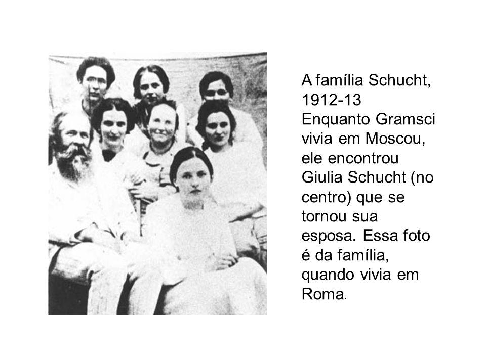 A família Schucht, 1912-13 Enquanto Gramsci vivia em Moscou, ele encontrou Giulia Schucht (no centro) que se tornou sua esposa.