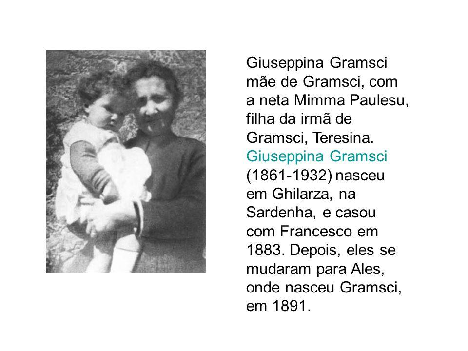 Giuseppina Gramsci mãe de Gramsci, com a neta Mimma Paulesu, filha da irmã de Gramsci, Teresina. Giuseppina Gramsci (1861-1932) nasceu em Ghilarza, na