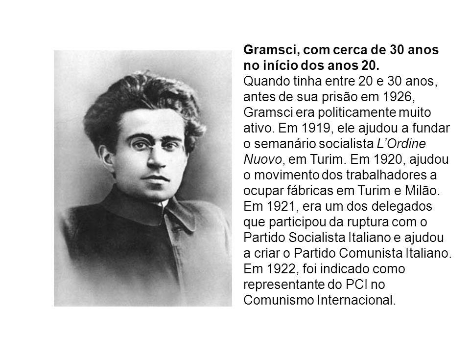 Gramsci, com cerca de 30 anos no início dos anos 20. Quando tinha entre 20 e 30 anos, antes de sua prisão em 1926, Gramsci era politicamente muito ati