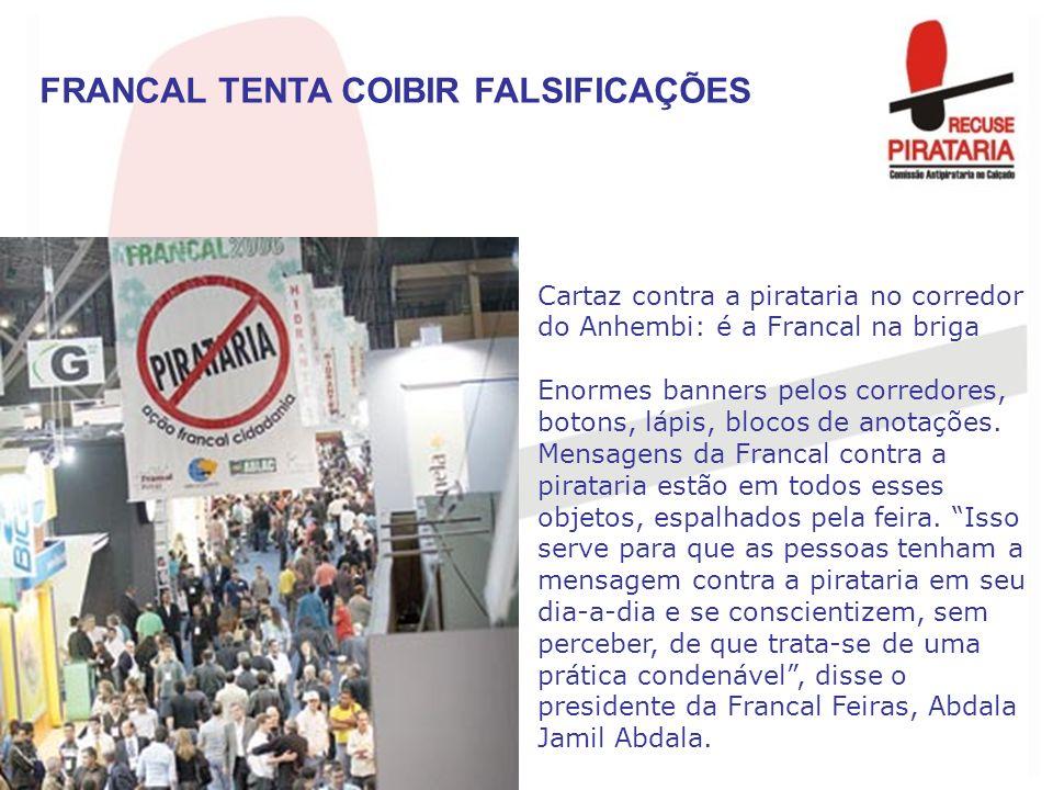Cartaz contra a pirataria no corredor do Anhembi: é a Francal na briga Enormes banners pelos corredores, botons, lápis, blocos de anotações. Mensagens