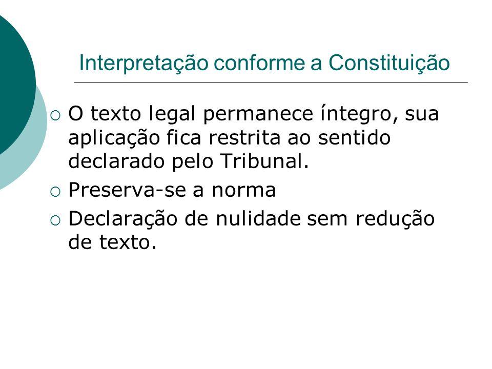 Interpretação conforme a Constituição O texto legal permanece íntegro, sua aplicação fica restrita ao sentido declarado pelo Tribunal. Preserva-se a n