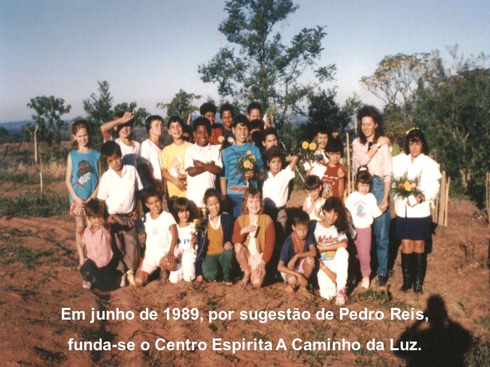 Em junho de 1989, por sugestão de Pedro Reis, funda-se o Centro Espírita A Caminho da Luz.