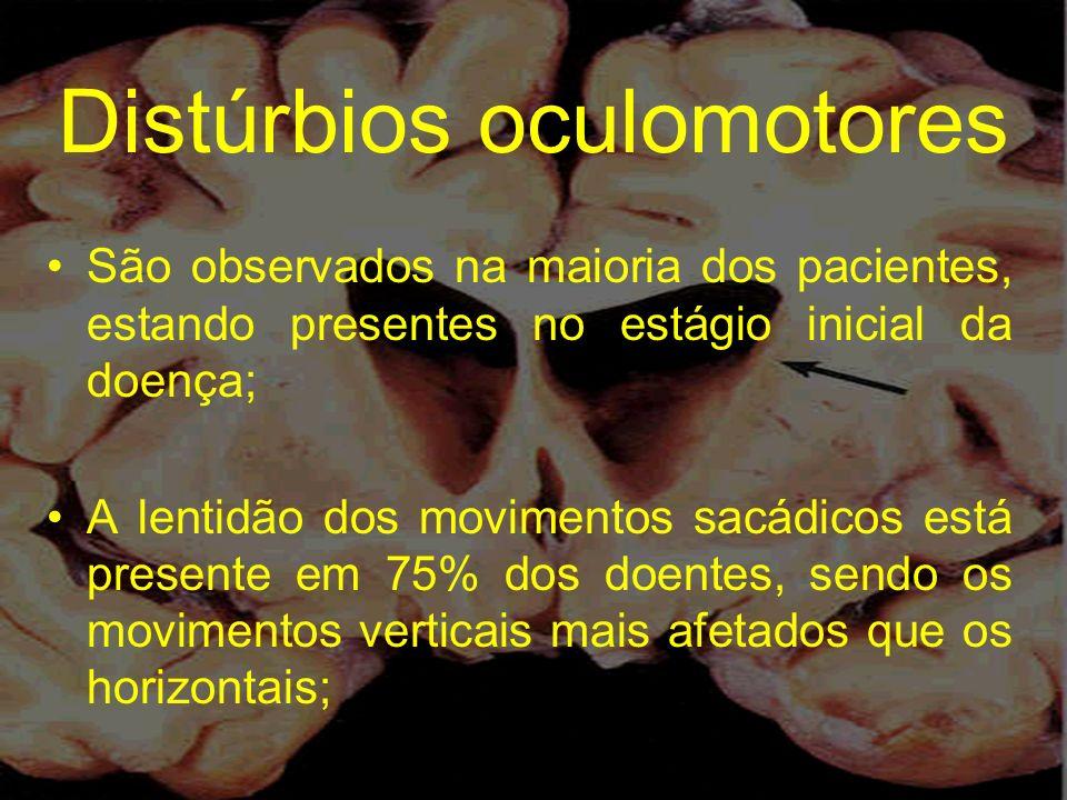 Distúrbios oculomotores São observados na maioria dos pacientes, estando presentes no estágio inicial da doença; A lentidão dos movimentos sacádicos e