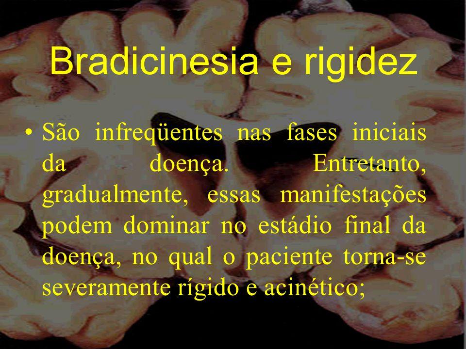 Bradicinesia e rigidez São infreqüentes nas fases iniciais da doença. Entretanto, gradualmente, essas manifestações podem dominar no estádio final da