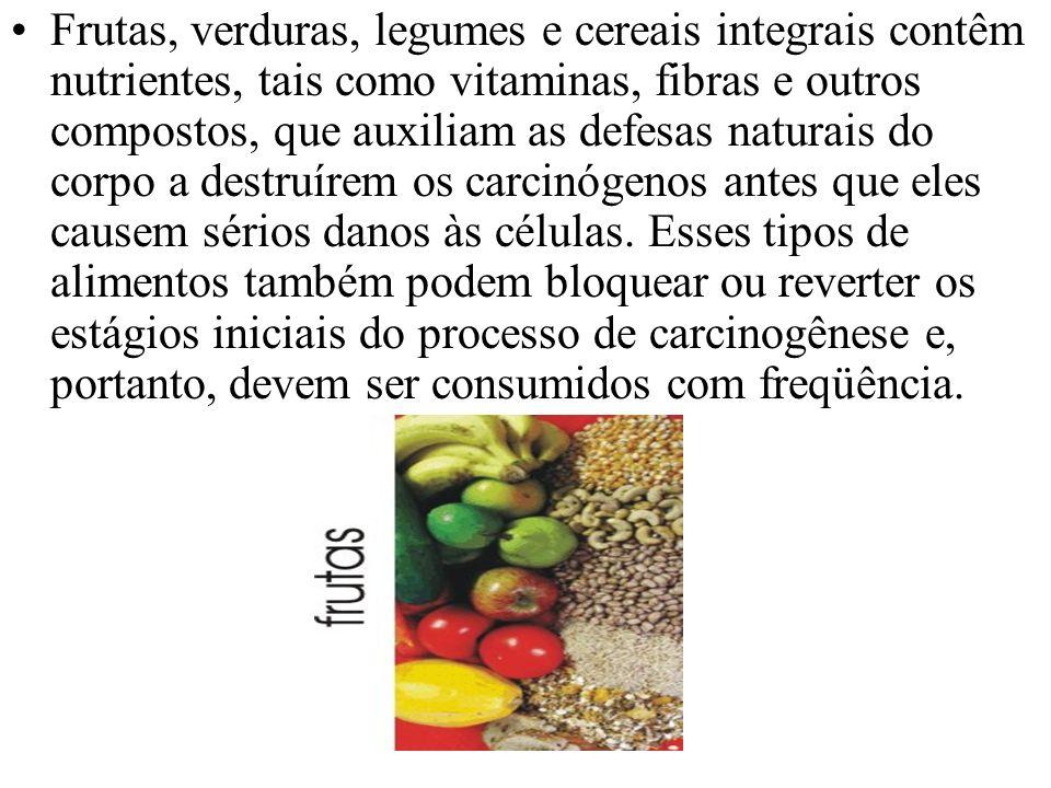 Frutas, verduras, legumes e cereais integrais contêm nutrientes, tais como vitaminas, fibras e outros compostos, que auxiliam as defesas naturais do c