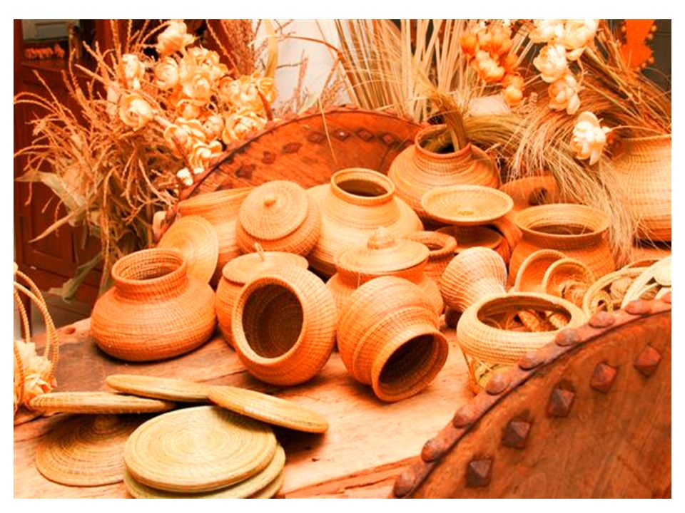 Manufatura Por volta do século XV, artesãos que faziam um mesmo produto agrupavam-se em galpões para realizar o trabalho e torná-lo mais produtivo.