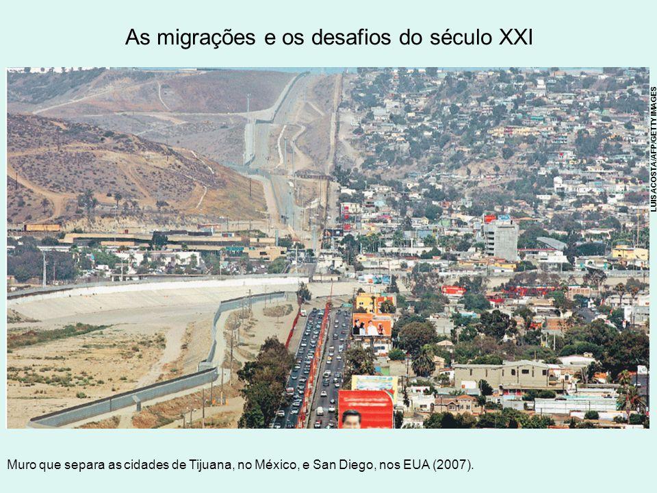 As migrações e os desafios do século XXI Muro que separa as cidades de Tijuana, no México, e San Diego, nos EUA (2007). LUIS ACOSTA/AFP/GETTY IMAGES
