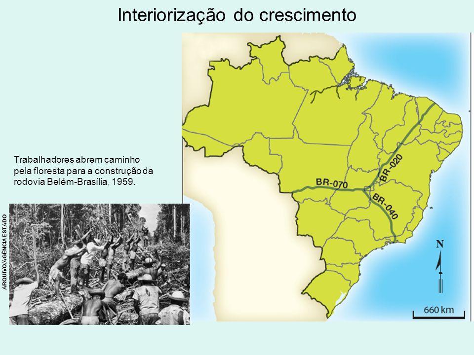 Interiorização do crescimento Trabalhadores abrem caminho pela floresta para a construção da rodovia Belém-Brasília, 1959. ARQUIVO/AGÊNCIA ESTADO