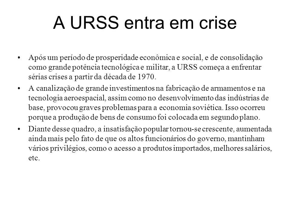 A URSS entra em crise Após um período de prosperidade econômica e social, e de consolidação como grande potência tecnológica e militar, a URSS começa