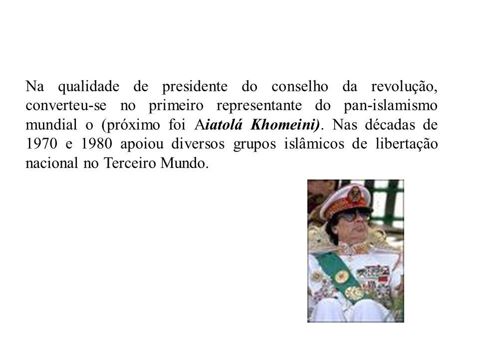 Khadafi, como chefe de Estado a partir de 1970, expulsou os efetivos militares estrangeiros e decretou a nacionalização das empresas, dos bancos e dos recursos petrolíferos do país.