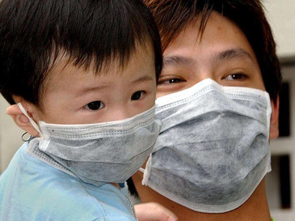 SARS (SÍNDROME AGUDA RESPIRATÓRIA SEVERA) TRANSMISSÃO Saliva no ar e objetos contaminados SINTOMAS Febre, tosse seca, diarréia em alguns casos PROFILA