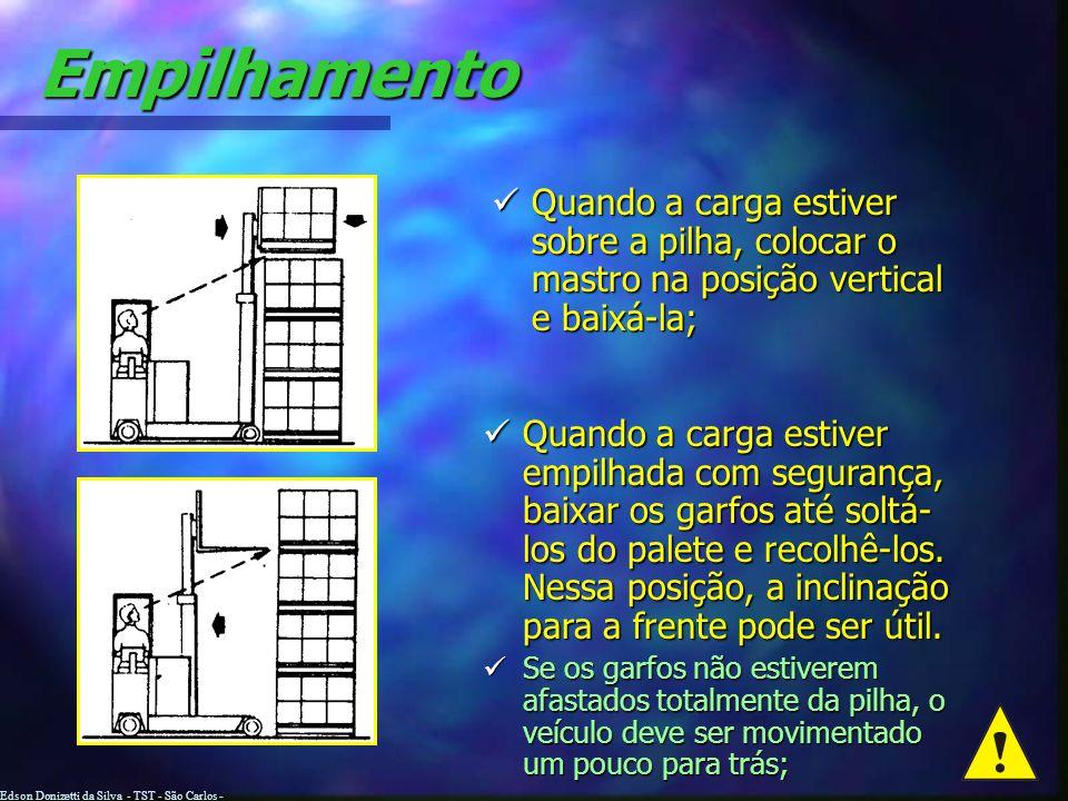 Empilhamento Elevar a carga até a altura desejada para o empilhamento; Quando a carga estiver longe do alto da pilha, dirigir para frente, se necessár