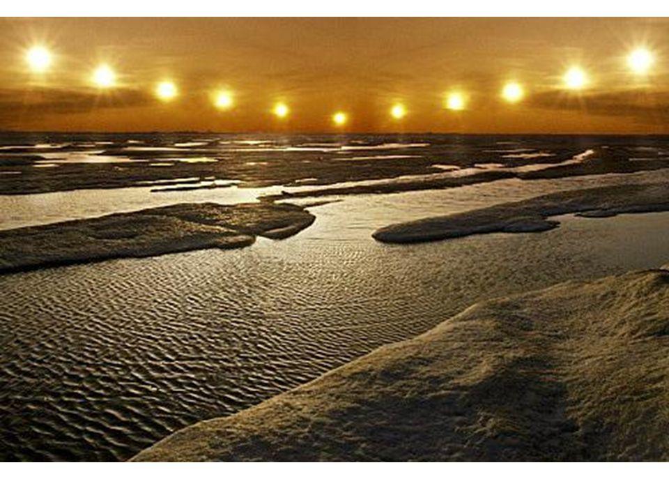 Devido à inclinação do eixo da Terra, a área em torno do Pólo Norte fica exposta ao sol 24h/dia no verão.