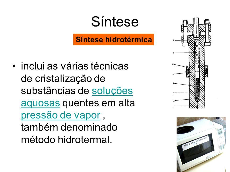 Síntese inclui as várias técnicas de cristalização de substâncias de soluções aquosas quentes em alta pressão de vapor, também denominado método hidro