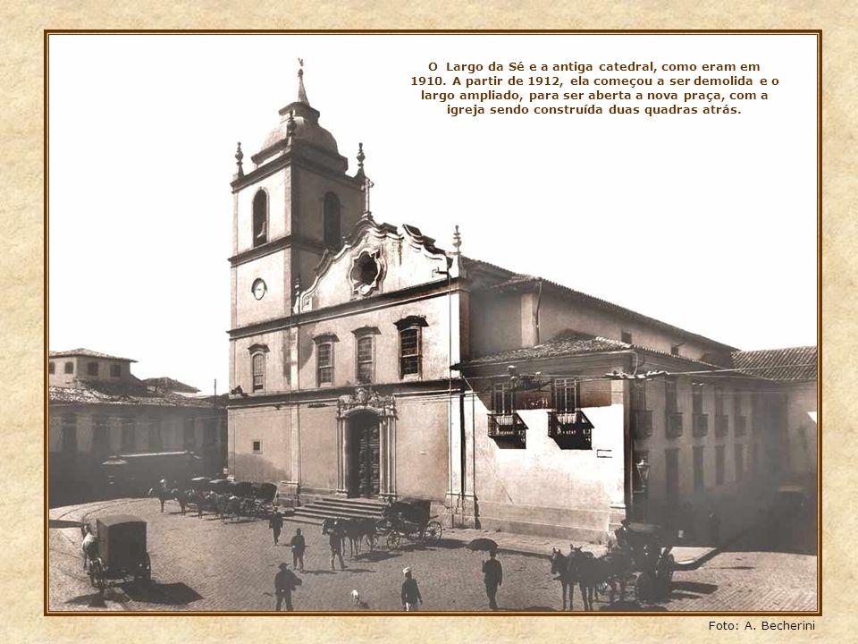 O antigo Largo da Sé, visto aqui em 1890. Ao fundo, a antiga igreja de São Pedro, no lugar onde atualmente está o edifício Rolim, pegado ao da Caixa E