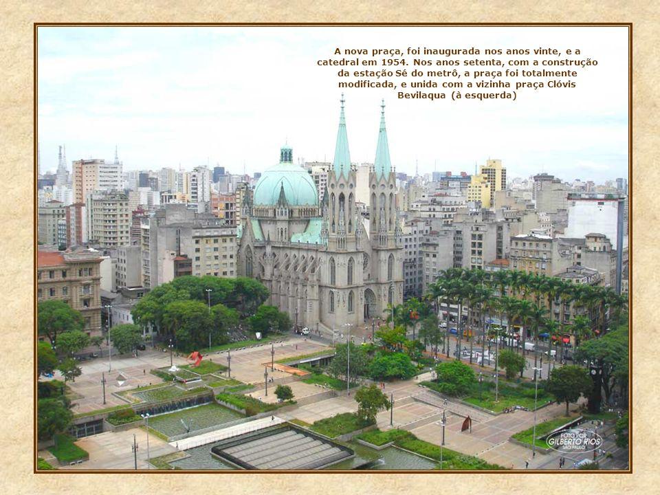 O Largo da Sé e a antiga catedral, como eram em 1910. A partir de 1912, ela começou a ser demolida e o largo ampliado, para ser aberta a nova praça, c
