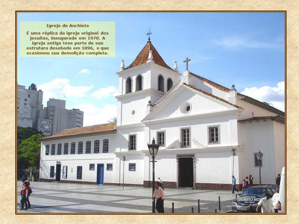Vamos conhecer agora, o local onde a grande metrópole veio à luz: o Pátio do Colégio, antigo largo do Palácio. Painel existente na parede externa da i