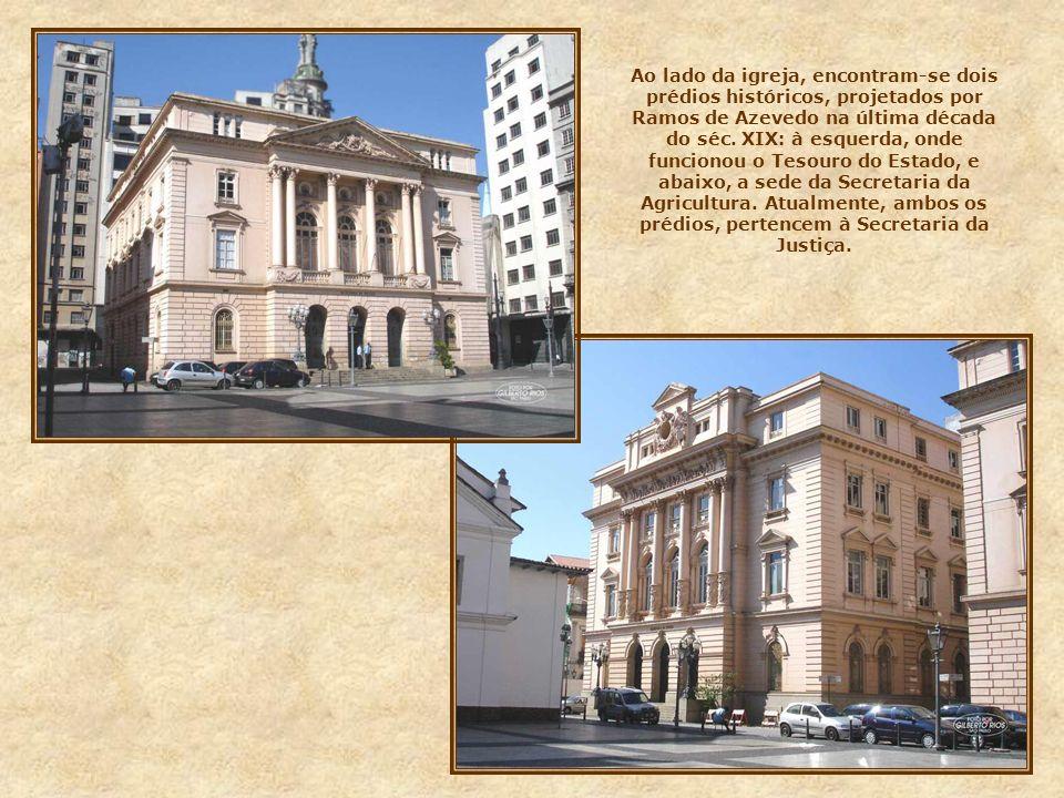 Monumento aos Fundadores Defronte à igreja, encontra-se o monumento dedicado aos fundadores de São Paulo. Obra do escultor italiano Amadeo Zani, foi i