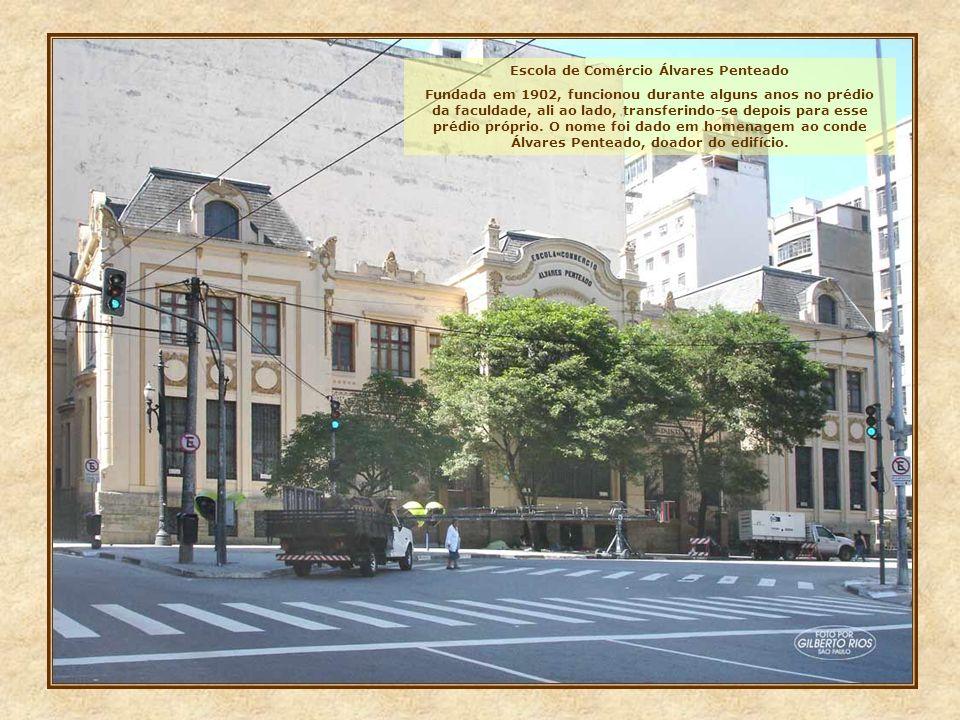 FACULDADE DE DIREITO A mais famosa escola de Direito do Brasil, a São Francisco, foi criada por decreto imperial em 1828. O atual edifício foi inaugur