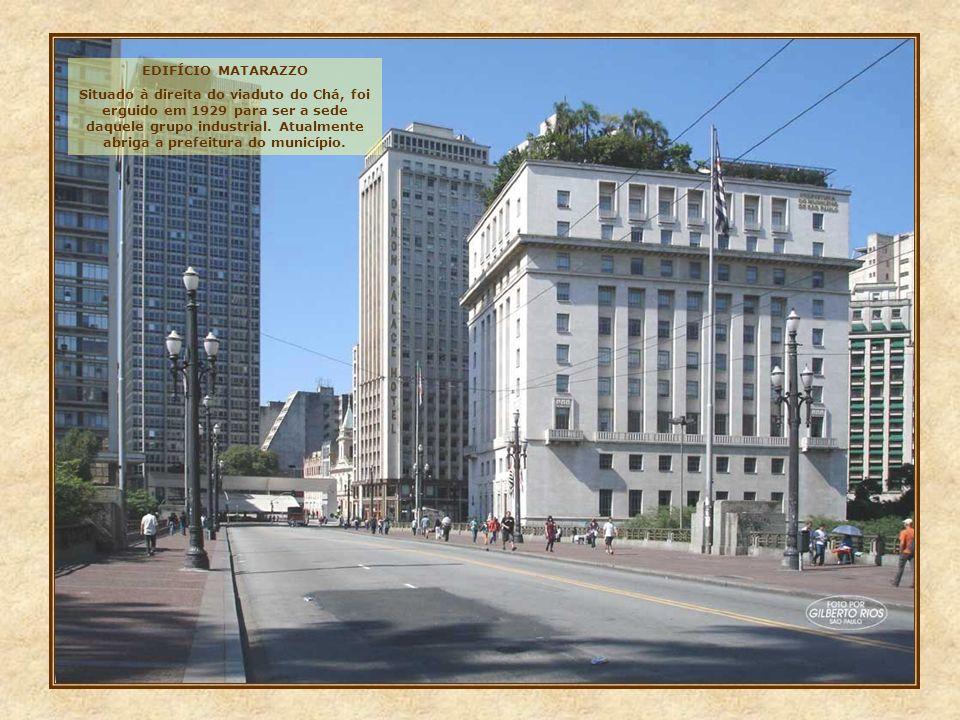 Outro belo prédio, é este, situado na rua Benjamim Constant, esquina com a praça da Sé. Erguido nos anos 20, foi sede da Repartição de Águas, e atualm