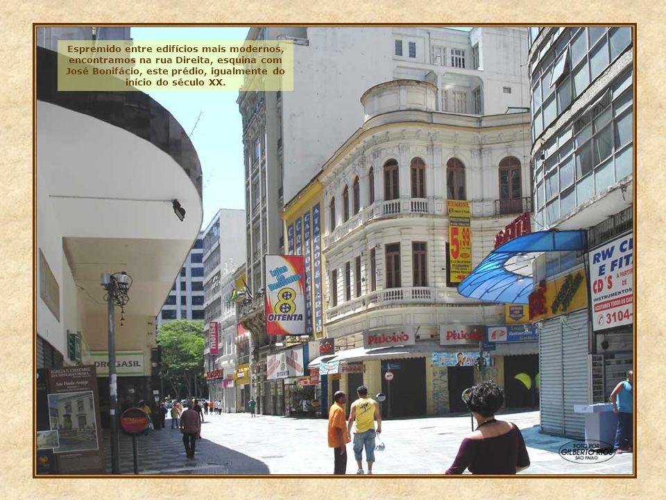 Este edifício, localizado na rua XV de Novembro, é dos poucos exemplares da arquitetura néo- clássica, da virada do século XIX para o XX. Restaurado,
