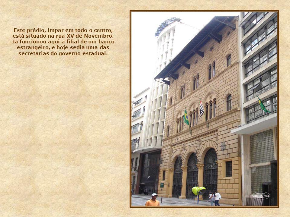 Este conjunto de prédios, foi inaugurado no início dos anos 30, quando da abertura da praça do Patriarca, e da construção do novo viaduto do Chá. No t