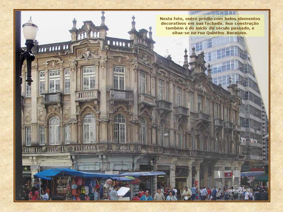 Este prédio, impar em todo o centro, está situado na rua XV de Novembro. Já funcionou aqui a filial de um banco estrangeiro, e hoje sedia uma das secr