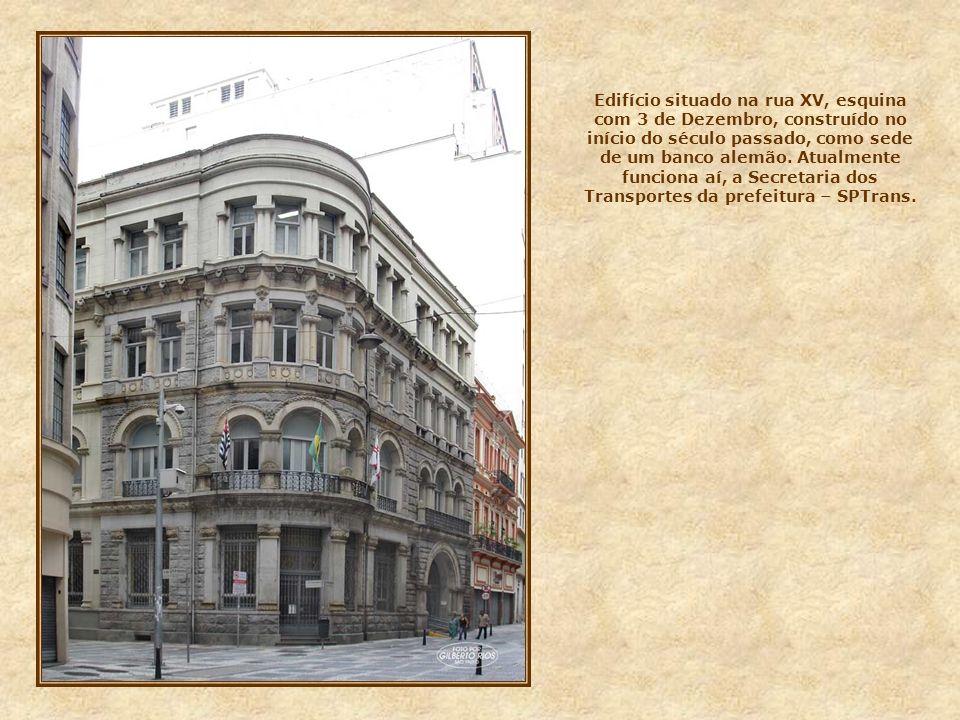 Nesta foto, outro prédio com belos elementos decorativos em sua fachada. Sua construção também é do início do século passado, e situa-se na rua Quinti