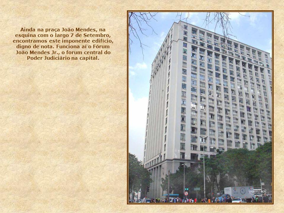 Edifício situado na rua XV, esquina com 3 de Dezembro, construído no início do século passado, como sede de um banco alemão. Atualmente funciona aí, a