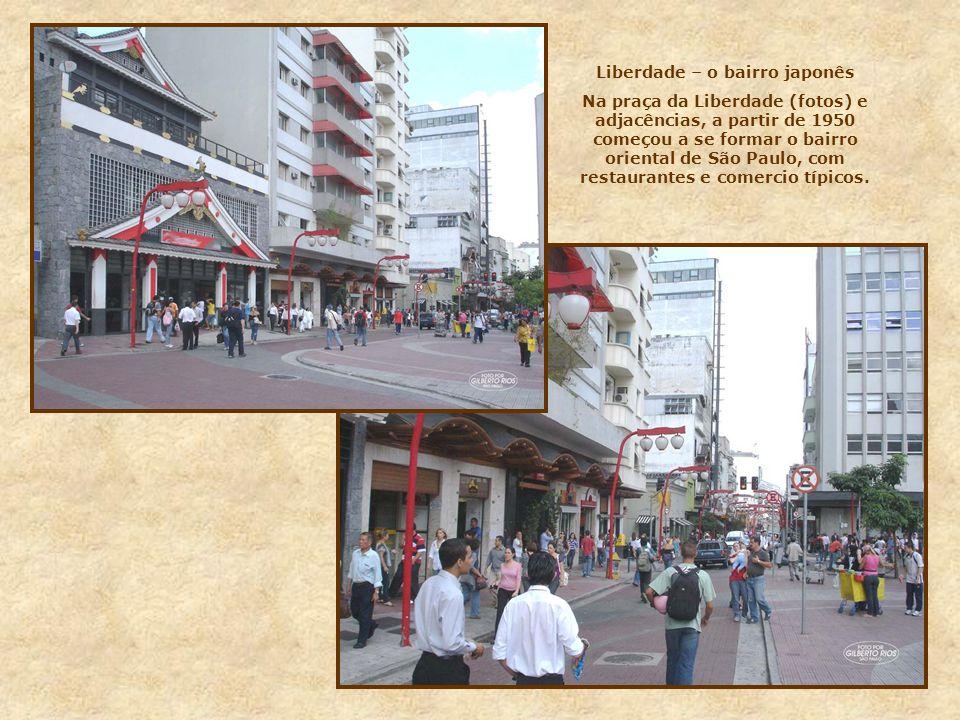 Ainda na praça João Mendes, na esquina com o largo 7 de Setembro, encontramos este imponente edifício, digno de nota. Funciona aí o Fórum João Mendes