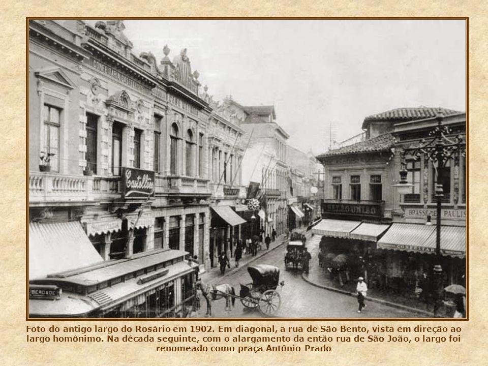 Aqui vemos a praça do Patriarca em foto de 1934. Como o novo viaduto do Chá ainda não havia sido aberto, não existia ainda a Galeria Prestes Maia, com