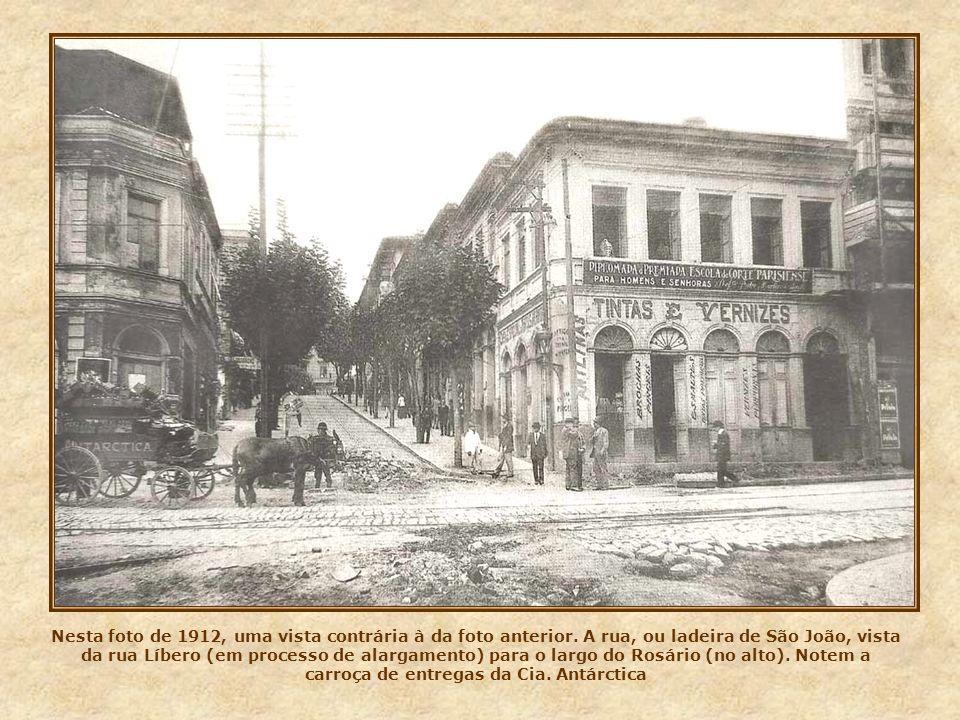 Foto do antigo largo do Rosário em 1902. Em diagonal, a rua de São Bento, vista em direção ao largo homônimo. Na década seguinte, com o alargamento da