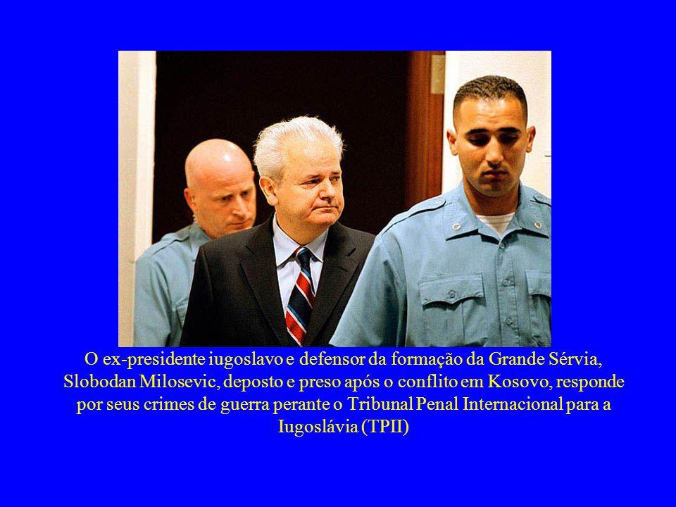 O ex-presidente iugoslavo e defensor da formação da Grande Sérvia, Slobodan Milosevic, deposto e preso após o conflito em Kosovo, responde por seus cr