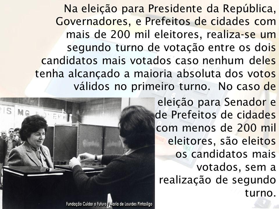 Na eleição para Presidente da República, Governadores, e Prefeitos de cidades com mais de 200 mil eleitores, realiza-se um segundo turno de votação en