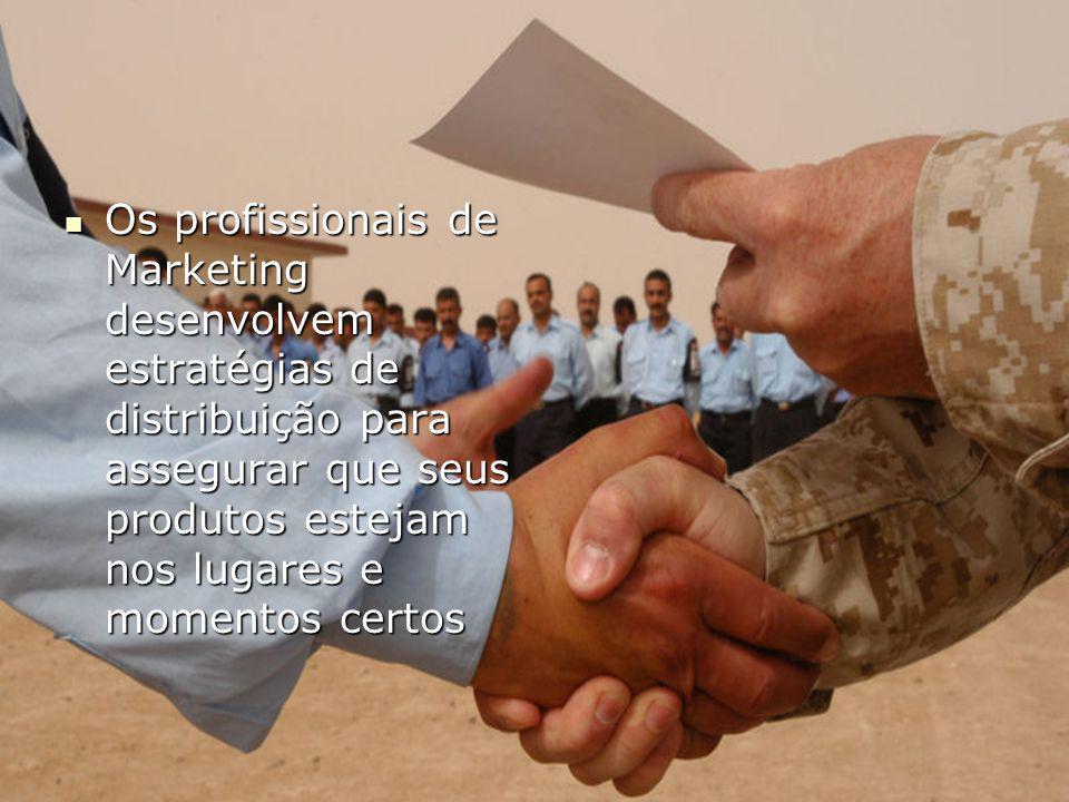 Os profissionais de Marketing desenvolvem estratégias de distribuição para assegurar que seus produtos estejam nos lugares e momentos certos Os profissionais de Marketing desenvolvem estratégias de distribuição para assegurar que seus produtos estejam nos lugares e momentos certos