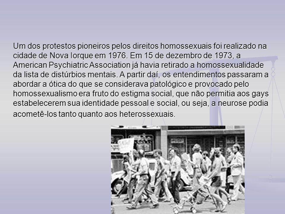 Um dos protestos pioneiros pelos direitos homossexuais foi realizado na cidade de Nova Iorque em 1976. Em 15 de dezembro de 1973, a American Psychiatr