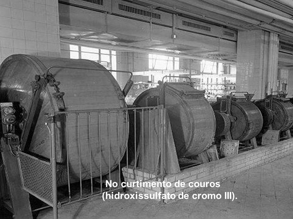 No curtimento de couros (hidroxissulfato de cromo III).