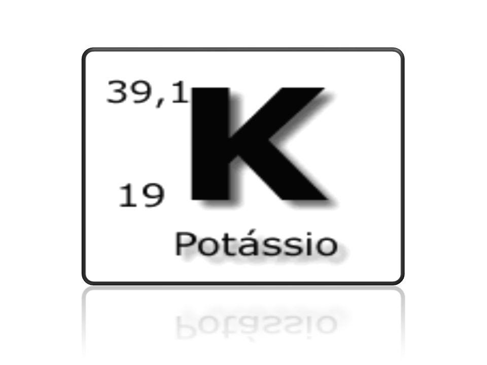 História O potássio (origina do termo arábico alkali) é um elemento químico de símbolo K (do latim kalium , nome original da sua base KOH), número atômico 19 (19 prótons e 19 elétrons), metal alcalino, de massa atómica 39 u, coloração branco prateado, abundante na natureza, encontrado principalmente nas águas salgadas e outros minerais.