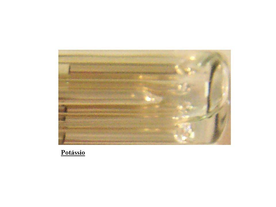 Precauções O potássio sólido reage violentamente com a água, mais que o sódio, por isso, deve ser conservado imerso num líquido apropriado como azeite ou querosene.