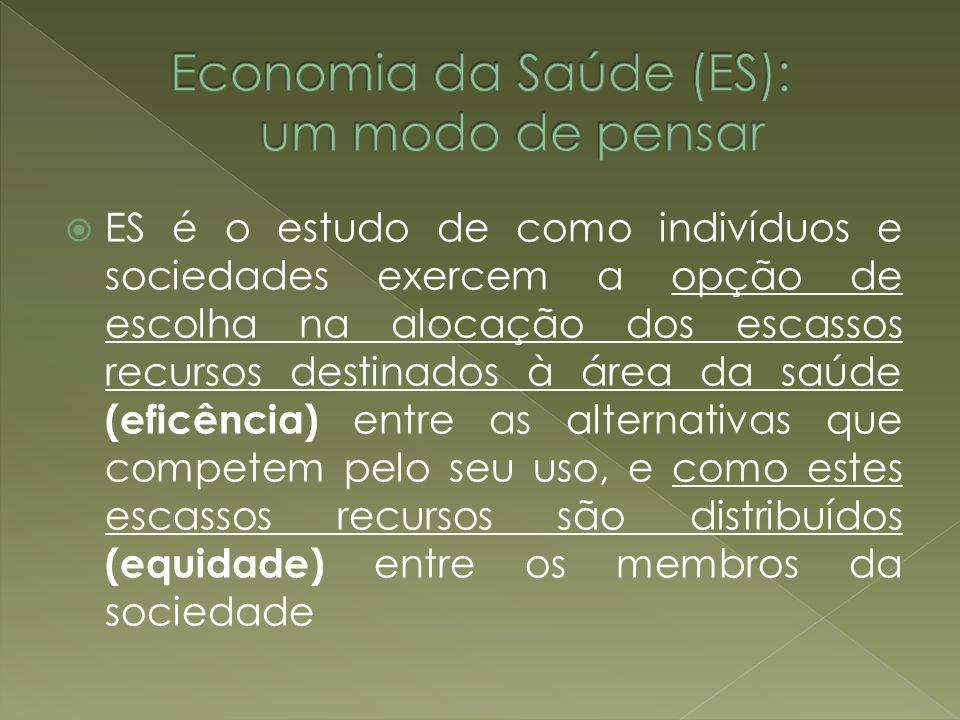 ES é o estudo de como indivíduos e sociedades exercem a opção de escolha na alocação dos escassos recursos destinados à área da saúde (eficência) entr