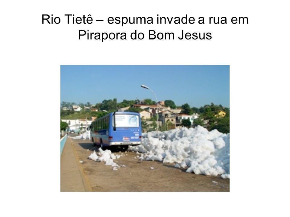 Rio Tietê – espuma invade a rua em Pirapora do Bom Jesus