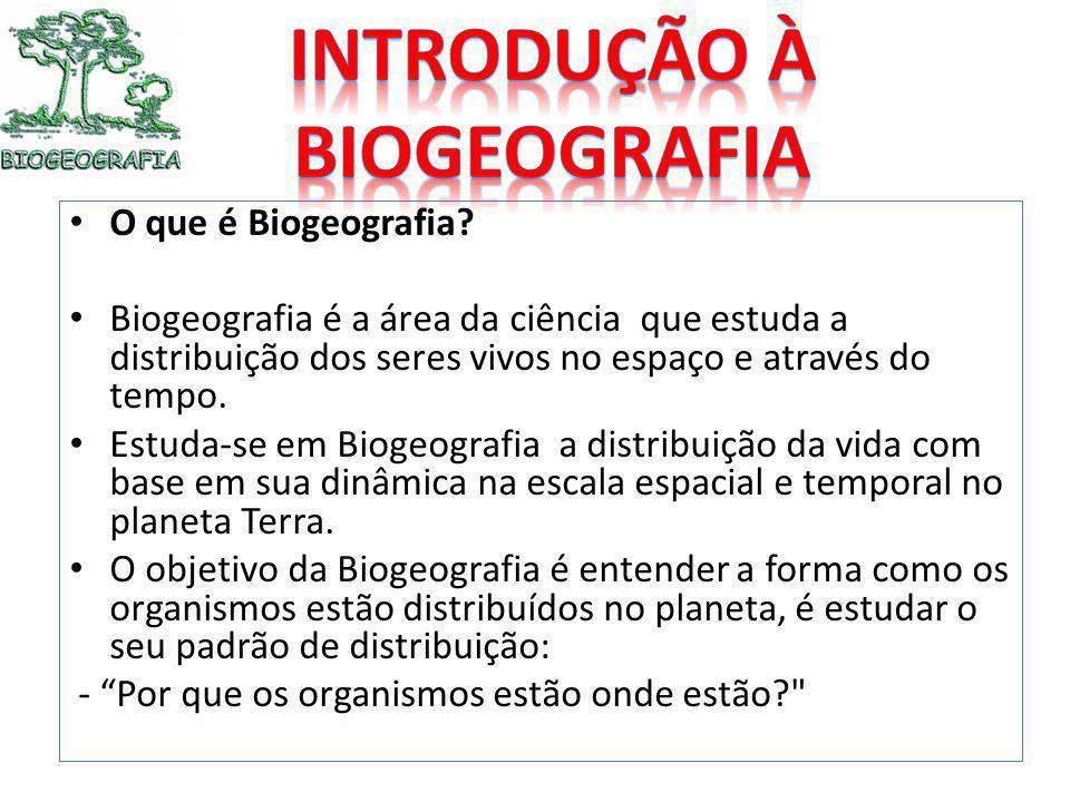 O que é Biogeografia? Biogeografia é a área da ciência que estuda a distribuição dos seres vivos no espaço e através do tempo. Estuda-se em Biogeograf