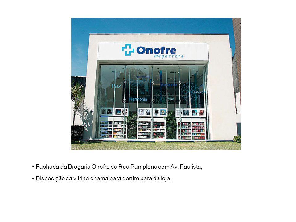 Fachada da Drogaria Onofre da Rua Pamplona com Av. Paulista; Disposição da vitrine chama para dentro para da loja.