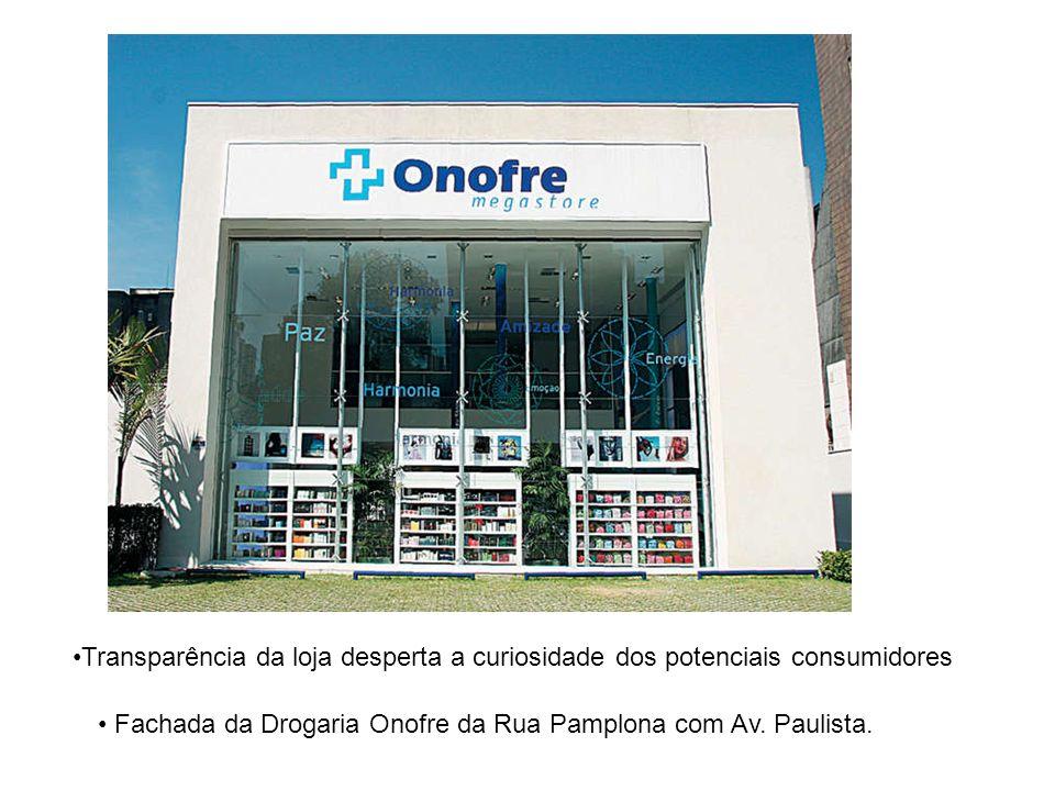 Fachada da Drogaria Onofre da Rua Pamplona com Av. Paulista. Transparência da loja desperta a curiosidade dos potenciais consumidores