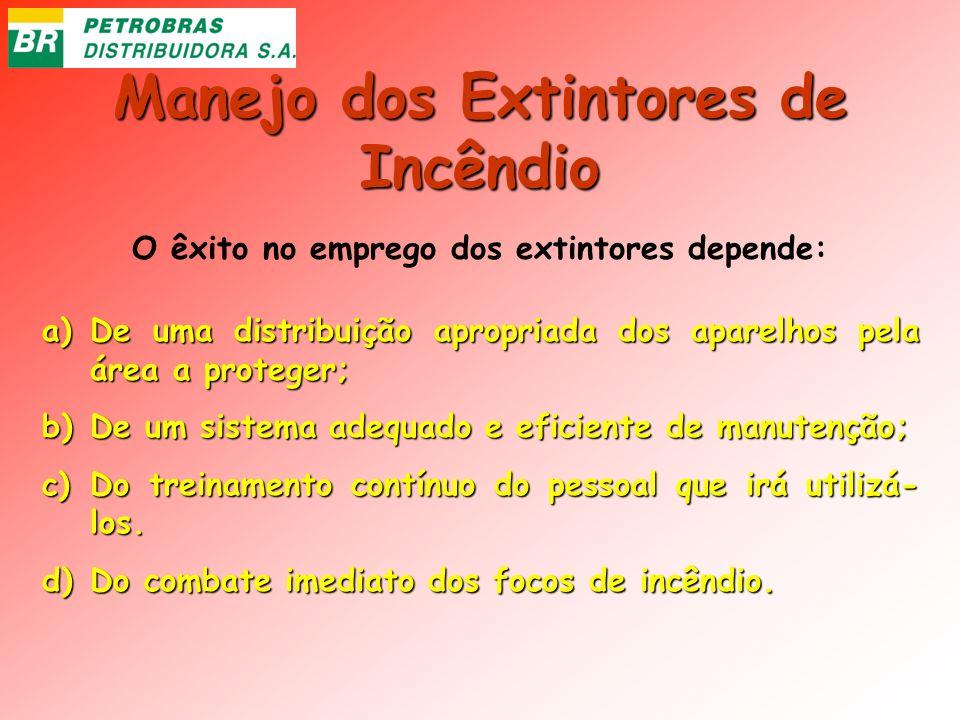 Manejo dos Extintores de Incêndio O êxito no emprego dos extintores depende: a)De uma distribuição apropriada dos aparelhos pela área a proteger; b)De