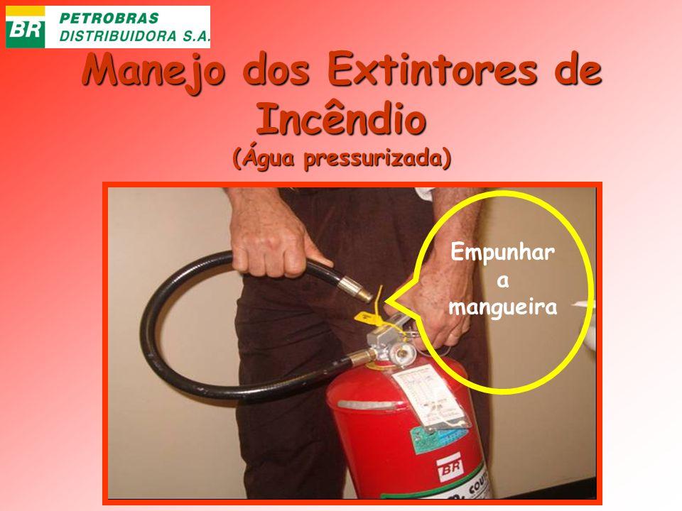 Manejo dos Extintores de Incêndio (Água pressurizada) Empunhar a mangueira